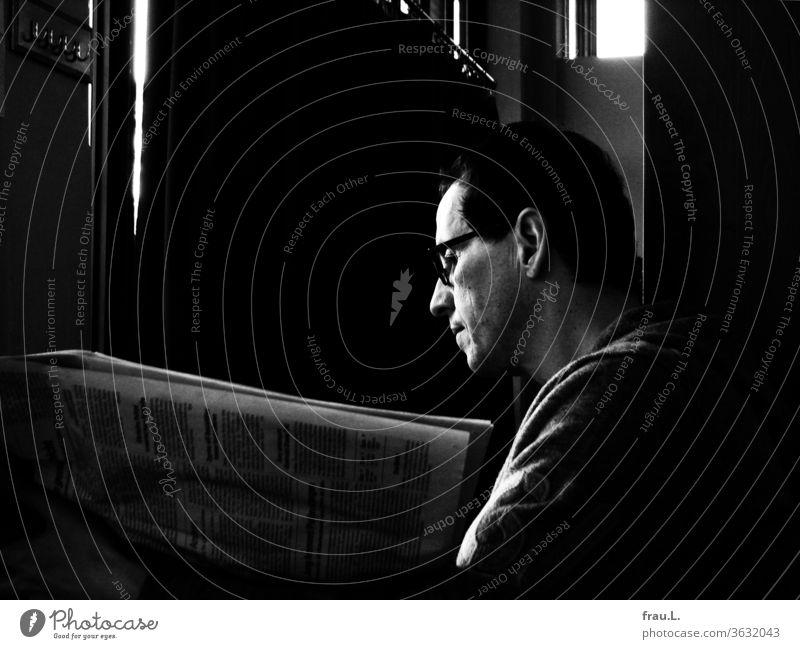 Im Jena Paradies war der Mann völlig in eine Zeitung versunken. Lesen Zeitschrift Bildung Konzentriert Printmedien Text Café Bistro