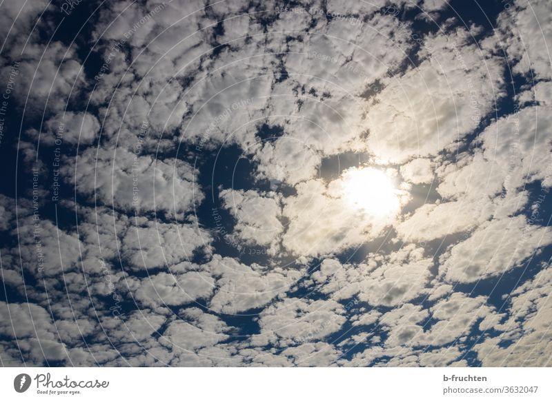 Himmel mit vielen kleine Wölkchen, Sonne scheint durch die Wolken Blauer Himmel Sommer Schönes Wetter Sonnenlicht Gegenlicht