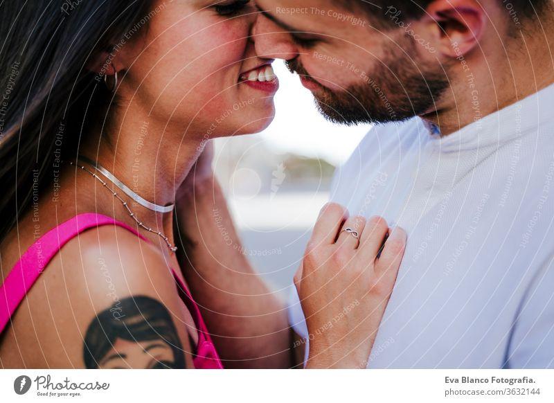 Nahaufnahme eines glücklichen jungen verliebten Paares in der Stadt. Familien- und Lebensstilkonzept abschließen Liebe Großstadt Mann Frau Zusammensein