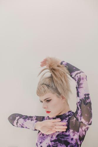 Mädchen auf weißem Hintergrund. Porträt Farbfoto Gesicht Haare & Frisuren schön Junge Frau Auge Mode niedlich im Innenbereich einzeln