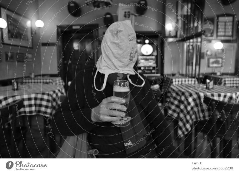 Anonymer Trinker Berlin Kneipe Mann Bier Gastronomie Alkohol Bar trinken Getränk Glas Feste & Feiern Nachtleben Cocktailbar Innenaufnahme Restaurant Club
