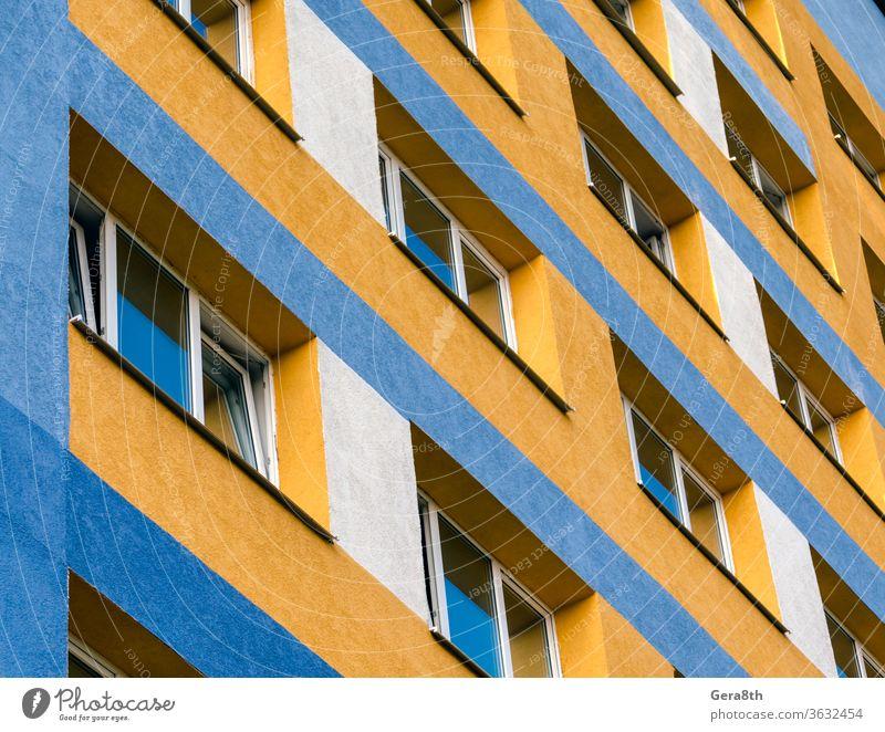 modernes Haus mit gelben und blauen Wänden und leeren Fenstern Ukraine Appartement Appartements Architektur Hintergrund Unteransicht Gebäude Großstadt