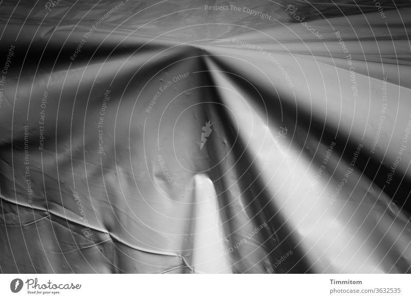 Eine Abdeckplane deckt etwas ab Plane Kunststoff Schutz Strukturen & Formen Falte Kontrast grau Menschenleer Abdeckung Linien abstrakt