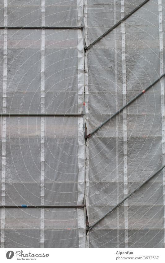 -/ -/ -/ Gerüst Gerüstnetz Gerüstplane gerüststange Baugerüst Baustelle Abdeckung Haus Fassade Außenaufnahme Sanieren Verhüllung verhüllt Gebäude Renovieren