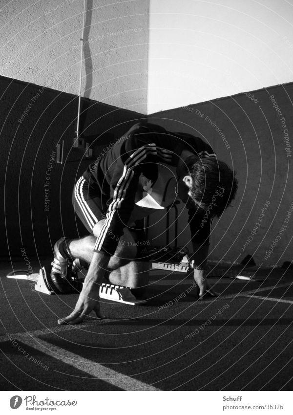 Leichtathletik am Start Mensch Jugendliche Sport Wand Erwachsene maskulin laufen Beginn Fassade rennen Elektrizität Kabel Streifen Konzentration Barriere Sportler