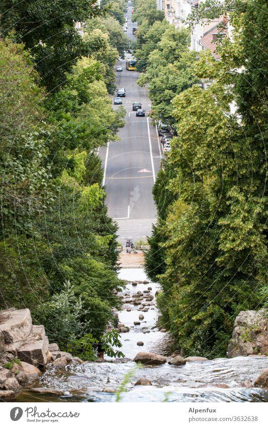 Symmetrie | Asphaltwasserfall Wasserfall Fluss Bach Außenaufnahme Straße Straßenverkehr Umwelt nass fließen Natur Tag Landschaft natürlich Farbfoto Stein