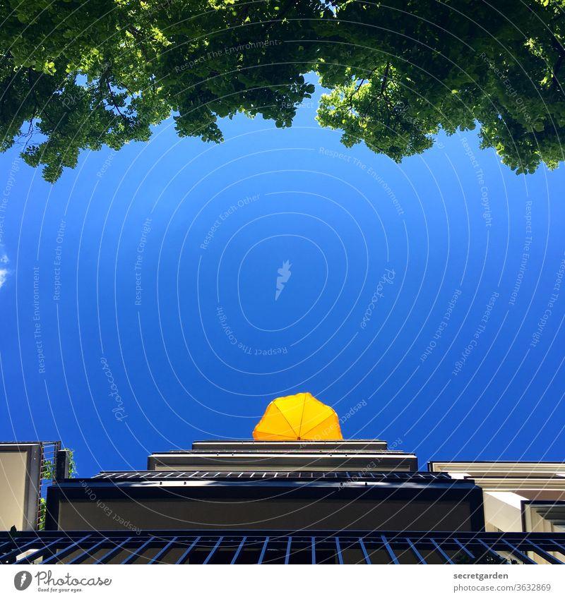 Eingerahmt im Balkonienland (4. Etage) Sommer Sommerurlaub Urlaub Balkondekoration Schirm Sonnenschirm Himmel Blauer Himmel Wolkenloser Himmel wolkenlos