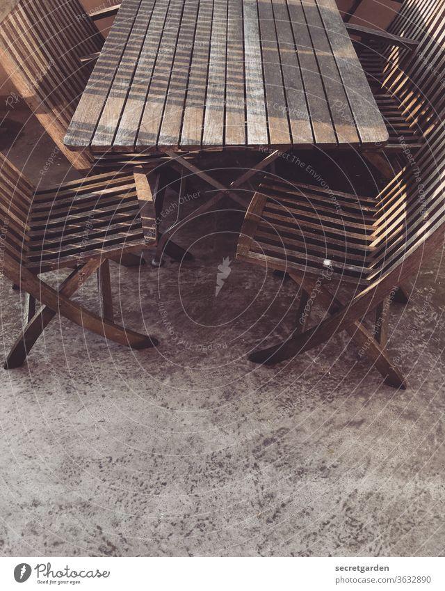 pflegebedürftig. Balkon Balkonmöbel Möbel Sonnenuntergang Tisch Stuhl Holzstuhl holzmöbel Klappstuhl Balkonien Menschenleer Farbfoto Sitzgelegenheit Einsamkeit