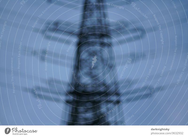 Mast für Hochspannung Freileitungen Hochspannungsleitung unscharf nebulös Farbfoto Kabel Himmel Strommast Energie Elektrizität Energiewirtschaft Menschenleer