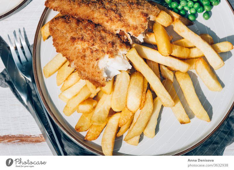 Fisch und Pommes Frites mit Erbsen Chips Lebensmittel Schellfisch Seehecht ramponiert Dorsch Englisch Knusprig Filet Abendessen Briten gebraten Mahlzeit