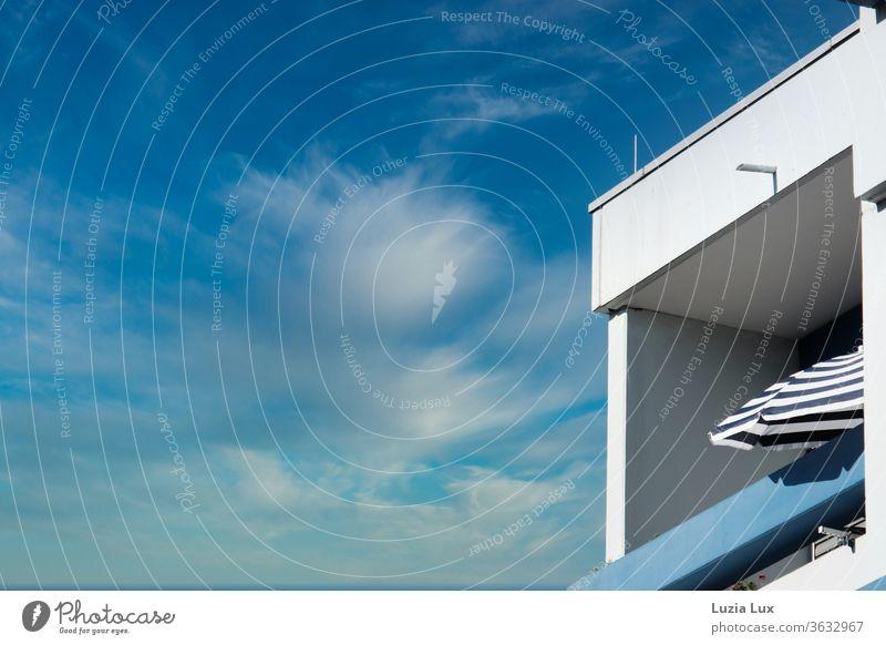 Blaue Stunde... Der Himmel, die Balkonbrüstung, der Sonnenschirm, alles ist blau. Blauer Himmel Stadt Licht Sommer blaue Stunde Wolken Wolkenspiel Farbfoto