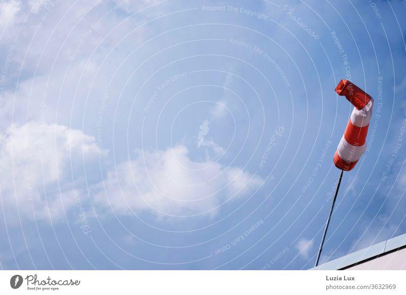 ein Windsack an der Arbeit, an einem Sommerabend voller Schäfchenwolken und einem Rest Sonnenlicht... Windanzeiger Wolken Himmel himmelblau rot orange weiß