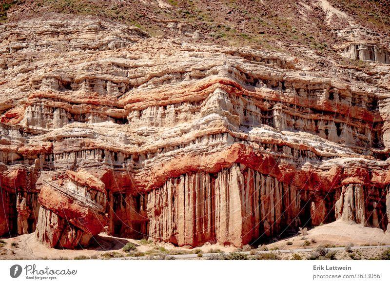 Aussichtsreiche Wüstenklippen und -felsen im Red Rock Canyon State Park rot Schlucht Landschaft wüst Formation malerisch Felsen Zustand Kalifornien Klippe Natur