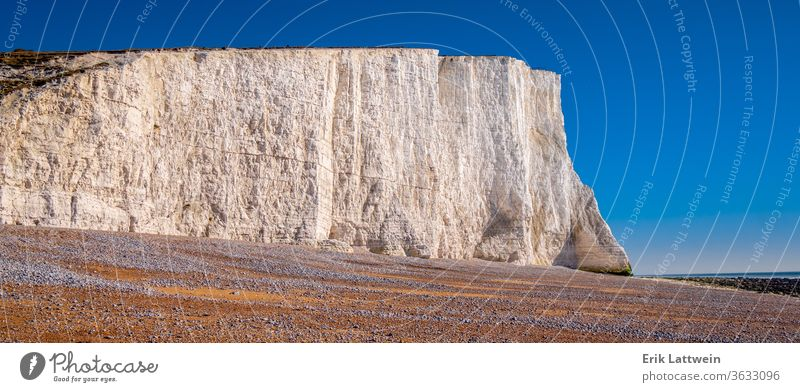 Berühmte Weiße Klippen der Sieben Schwestern an der Küste von Sussex England strandig Kopf blau Küstenlinie MEER reisen Süden sieben Leuchtturm Kreide Hügel