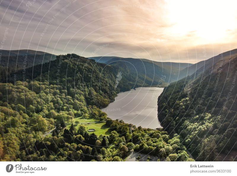 Wunderschöner See in den Bergen - Luftaufnahmen Wald Landschaft Natur reisen Wasser grün im Freien Park Reflexion & Spiegelung malerisch Himmel Ansicht