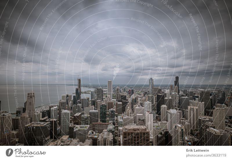 Luftaufnahme über Chicago an einem bewölkten Tag Großstadt Skyline Architektur Illinois Stadtzentrum urban Stadtbild USA Wolkenkratzer Sonnenuntergang
