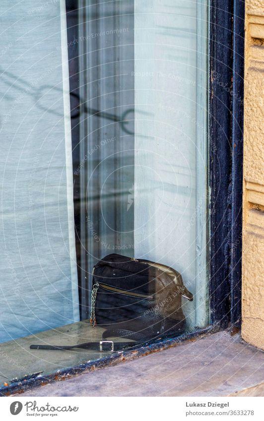 Schwarze Geldbörse links im Fenster Mode Handtasche Frau Leder Tasche zeigend Accessoire Vitrine Reichtum Sale Eleganz stylisch teuer Kleidung Laden Designer