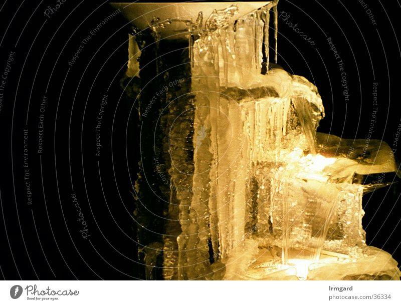 Wasser, Eis und Licht Brunnen Nacht Winter Architektur ohne Blitz