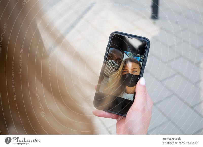 Gemischte Rasse Paargesichtsmaske Selfie auf Telefonbildschirm Smartphone Foto Touchscreen Mann Frau multirassisch multiethnisch Mundschutz Gesichtsmaske