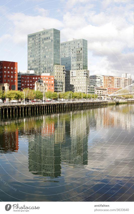 Symmetrie | Spiegelwelten II sauber klar Spiegelung im Wasser Wolken Promenade Flussufer Häuserzeile ria de bilbao Bilbao Stadt Außenaufnahme Architektur Himmel