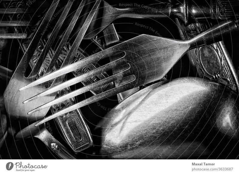 Abstraktes Schwarz-Weiß-Foto von gemischten silbernen Gabeln, Löffeln und Messern abstrakt schwarz schwarz auf weiß Nahaufnahme Besteck dekoriert