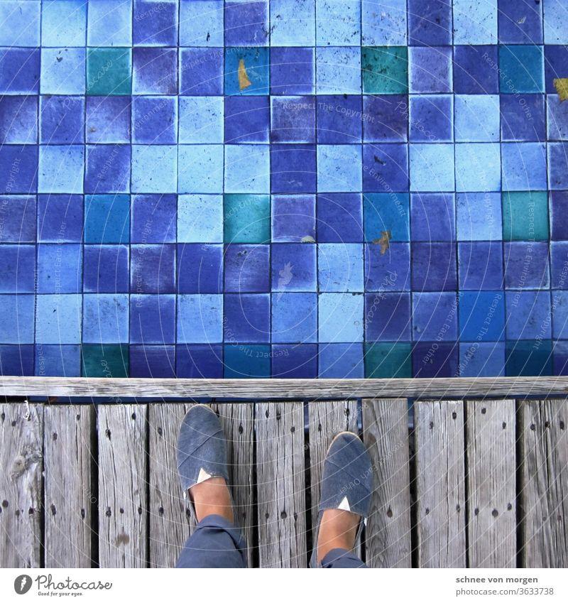 blick in blaugrünblau mosaik steg füße wasser wasserspiel brunnen blätter lila sommer Wassertropfen Bewegung spritzen Sommer Springbrunnen Licht