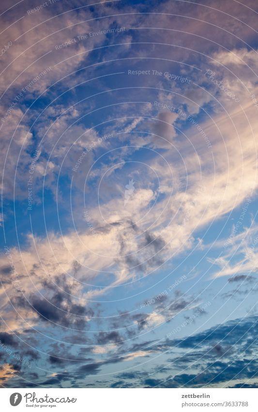 Himmel an einem Sommerabend altocumulus drohend dunkel dämmerung düster farbspektrum feierabend froschperspektive gewitter haufenwolke himmel hintergrund klima