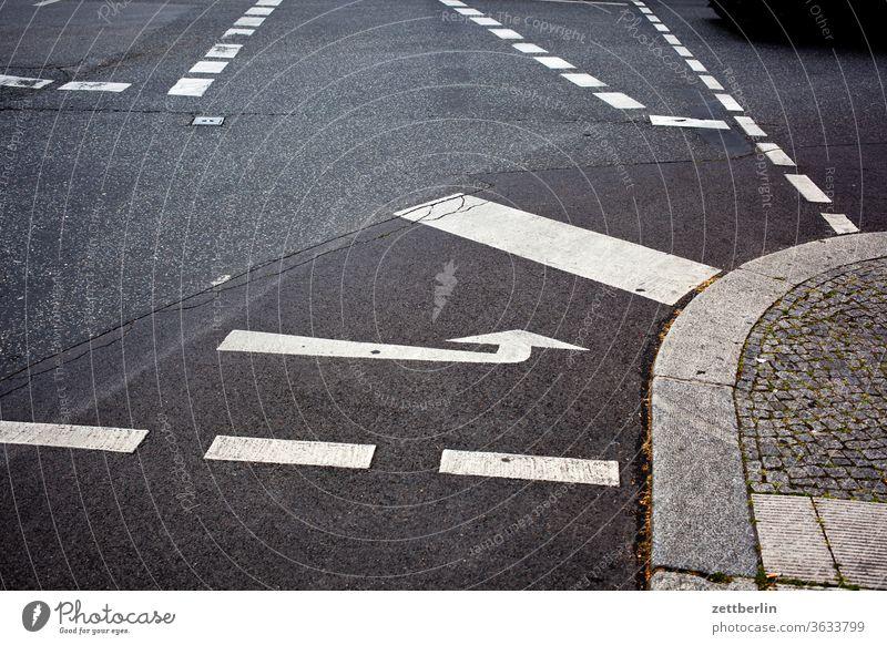 Fahrbahnmarkierungen abbiegen pfeil asphalt autobahn ecke fahrbahnmarkierung fahrrad fahrradweg hinweis kante kurve linie links navi navigation orientierung