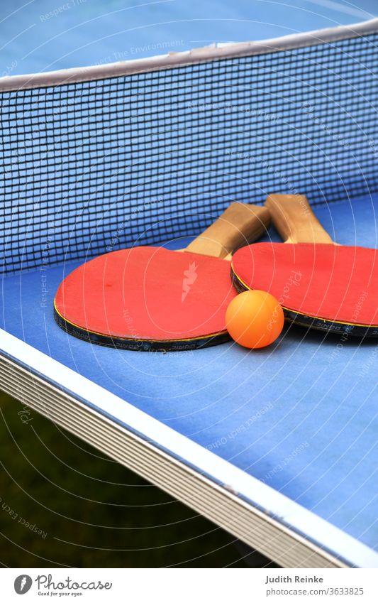 Tischtennisplatte Ausschnitt Tischtennisschläger mit Ball Freizeitsport Leistungssport Freizeitgestaltung Spielen Ballsport Freizeit & Hobby Außenaufnahme