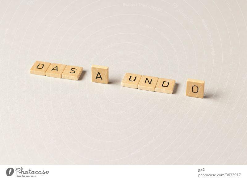 Das A und O Buchstaben wichtigkeit Wesentliche Scrabble das a und o Schriftzeichen Typographie Redewendung springender Essenz essentiell Aussage Bedeutung