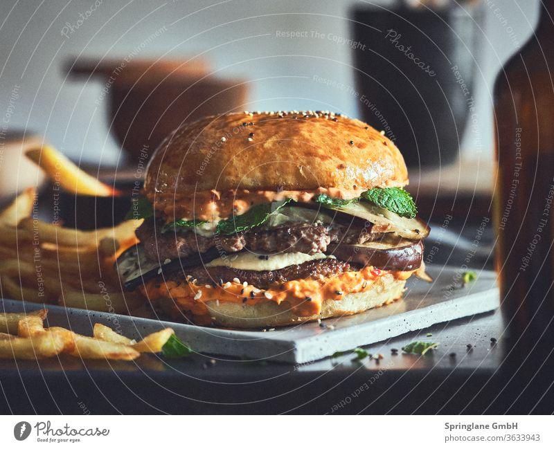 Mediteraner Burger mit Pommes Speisen & Getränke Fastfood Mahlzeit Käse Hamburger Cheeseburger Rindfleisch Burger Patty Fleisch Selfmade Food BBQ Grill
