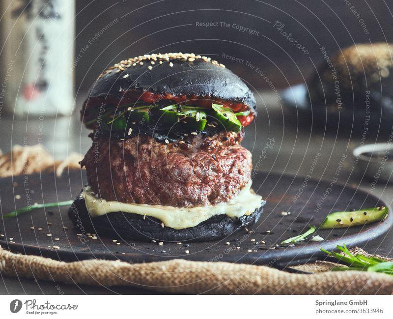 Black Bun Burger Asia Style Speisen & Getränke Fastfood Mahlzeit Käse Hamburger Cheeseburger Rindfleisch Burger Patty Fleisch Selfmade Food BBQ Grill