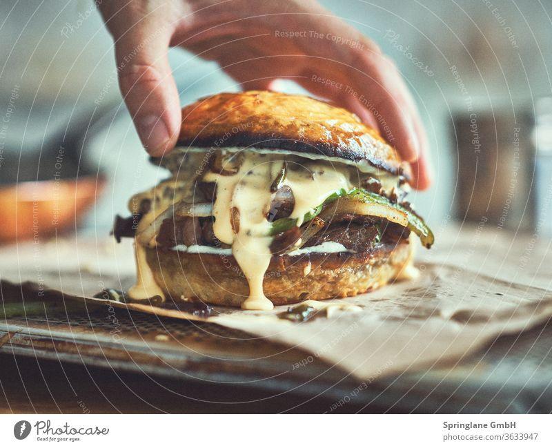 Burger mit Käse Speisen & Getränke Fastfood Mahlzeit Hamburger Cheeseburger Rindfleisch Burger Patty Fleisch Selfmade Food BBQ Grill Beef Burger Best Burger