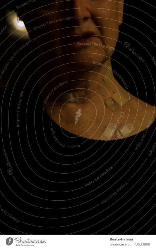 Wundversorgung: Pflaster hält offene Wunden steril Haut Operation Dekolleté Hals Frau Mensch Gesundheit Patientin Gesundheitswesen