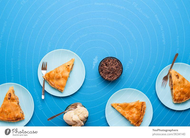 Apfelkuchenscheiben auf Tellern. Thanksgiving-Day-Abendstisch. Apfel-Dessert 4. Juli obere Ansicht Amerikaner Herbst Bäckerei Blauer Hintergrund Frühstück