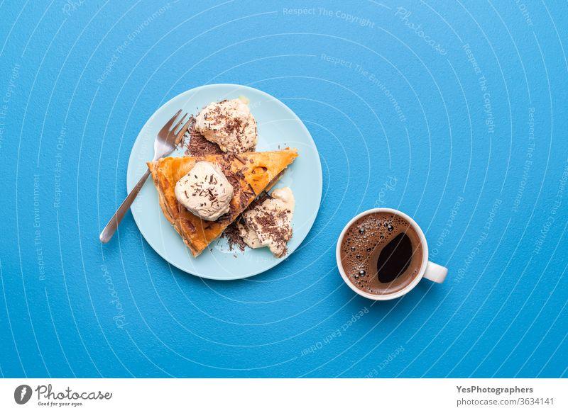 Apfelkuchen mit Eis und einer Tasse Kaffee. Draufsicht auf die Apfelkuchenscheibe 4. Juli obere Ansicht Amerikaner Herbst Bäckerei Blauer Hintergrund Frühstück