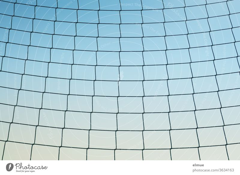 leicht durchhängendes, grobmaschiges Netz am Spielplatzrand vor blauem Hintergrund Ballspielnetz Schutz Spielfeldrand Blauverlauf flexibel Ballverlust