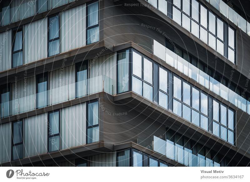 Architekturdetail der Glasbalkone eines minimalistischen städtischen Gebäudes Detailaufnahme Balkon urban abstrakt Fenster Fassade Außenseite Wiederholung