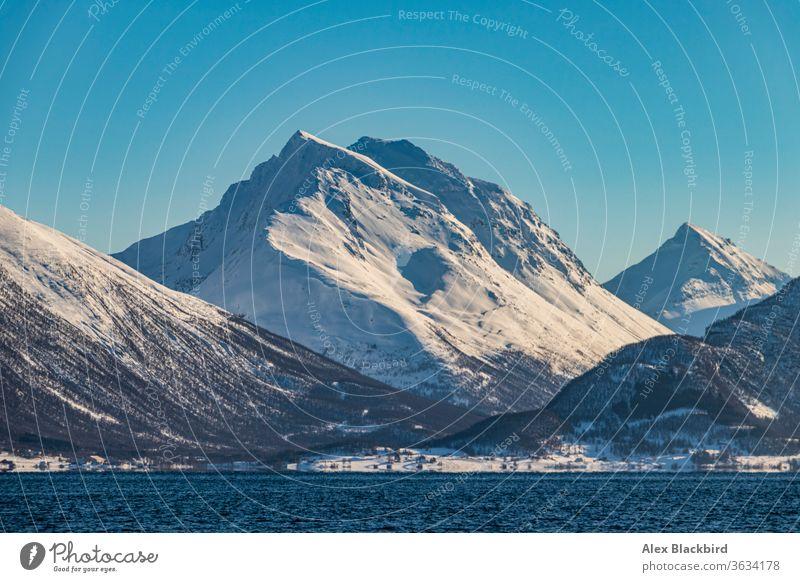 Berg über dem Fjord tromso Norwegen Norweger Fjorde Europa Eis Winter Norden Alaska arktische Kreuzfahrt Boot atemberaubend kalt Ausflugsziel entdecken