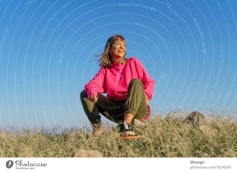 Schöne junge Frau mit Skateboard. urban 1 Spaß Mädchen Mode Textfreiraum 20s Holzplatte brünett niedlich Skateboarding Freizeitkleidung Sonnenuntergang stylisch