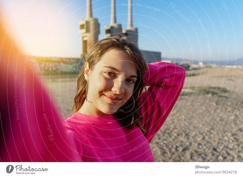 Attraktive junge Frau beim Selbermachen am Strand außerhalb 1 im Freien schön Selfie Foto Porträt attraktiv Mädchen Großstadt Glück Lifestyle Person Erwachsener