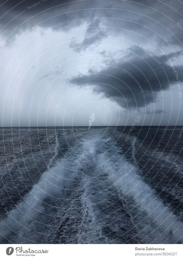 Meeresblick am bewölkten Tag MEER Ansicht Wolken Wellen Außenaufnahme Wasser Himmel Farbfoto Ferien & Urlaub & Reisen Sommer Tourismus Sommerurlaub