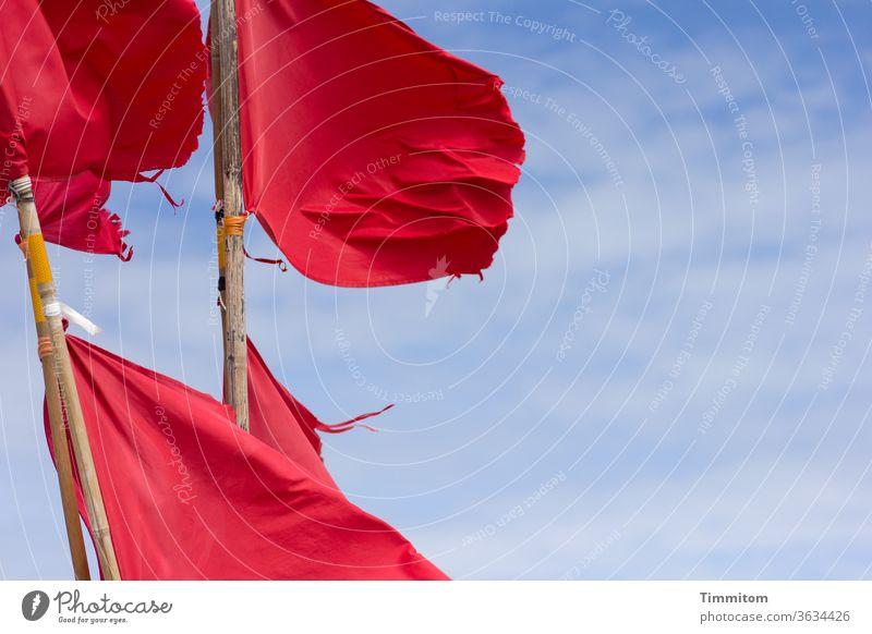 Fake Mohn(tag) Fahne Fahnen rot flattern Wind Stoff Stab Holz Himmel blau Wolken Fahnenmast Schönes Wetter Ferien & Urlaub & Reisen