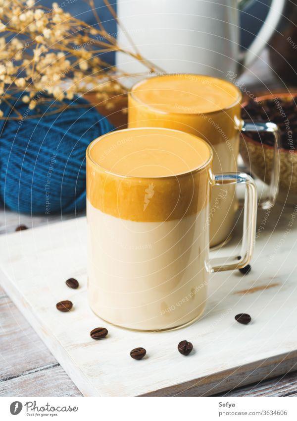 Geschlagenes Dalgona-Kaffeegetränk im Becher dalgona trinken Getränk süß gepeitscht Koffein Latte hölzern Koreaner Glas braun Tasse dalgona-kaffee lecker trendy