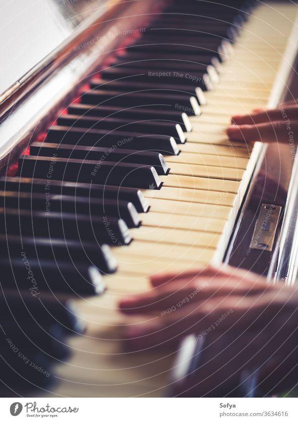 Vintage-Klaviertasten und Hände spielen Schlüssel alt Musik Kind altehrwürdig retro traditionell Nahaufnahme abstrakt Detailaufnahme Instrument klassisch lernen