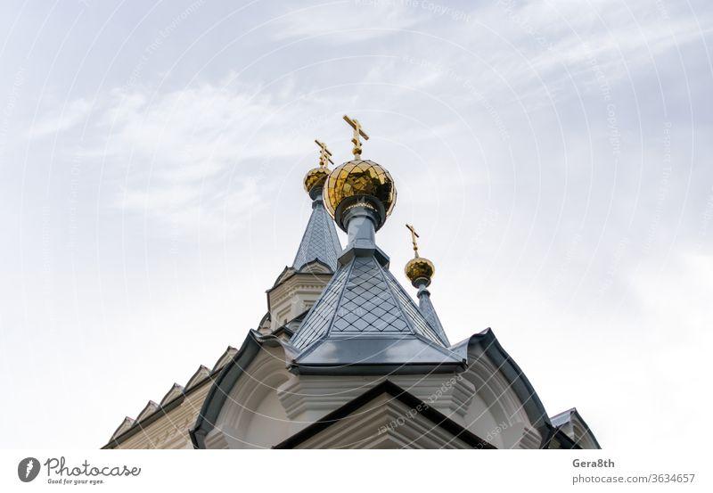 Unteransicht goldene Kuppeln einer christlichen Kirche mit Kreuzen auf blauem Himmelshintergrund Ukraine Architektur Anziehungskraft authentisch Hintergrund