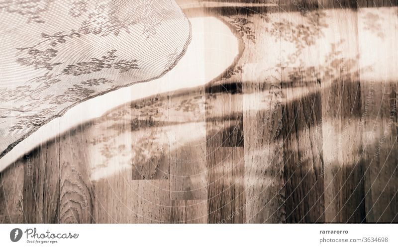 einen mit weißer Spitze verzierten Vorhang, der, von der leichten Brise bewegt, seinen Schatten auf einen Parkettboden wirft Gardine Wind Holz Straßenbelag