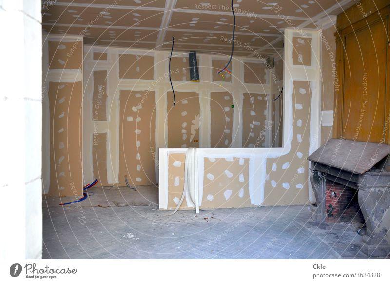 Renovierung Zimmer Umbau Sanierung Alt und Neu Umwandlung Schreibstube Schreibpult Antiquität Bauarbeiten Innenarchitektur Staub Dreck Modernisierung alt