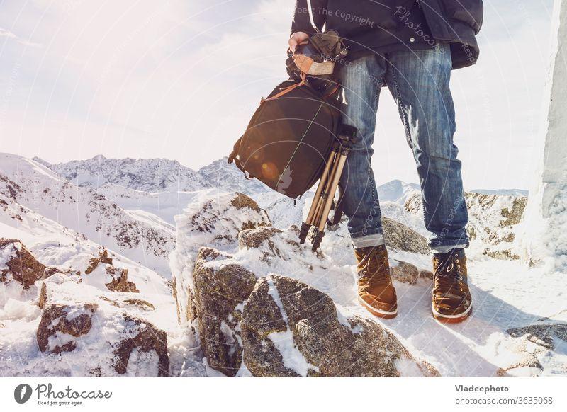 Reisende Fotografin auf einem Berggipfel mit Ausrüstung in der Hand Blogger Reisender Berge u. Gebirge Mann Bein Fuß Steine Ambitus Freiheit Selbstständigkeit