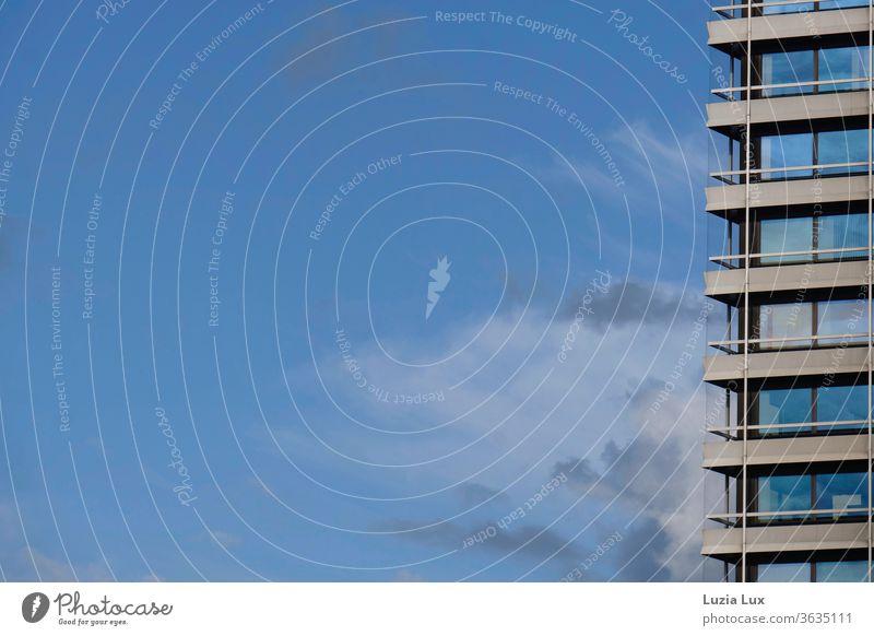 Hochhausfassade mit viel blauem Himmel, mit Gewitterwolken und Sonnenschein Fassade Glas Fenster Blauer Himmel Wolken Architektur modern Gebäude Haus